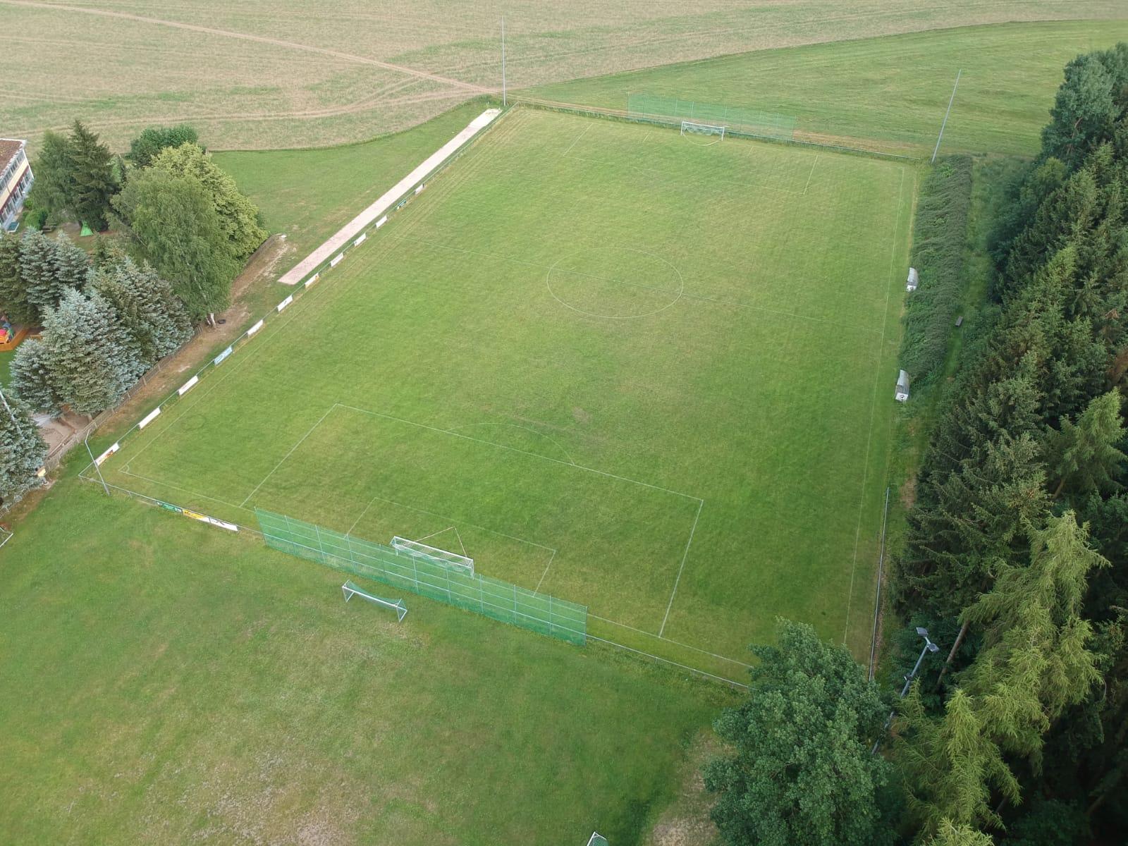 Trainingsplatz und Vereinsheim von oben